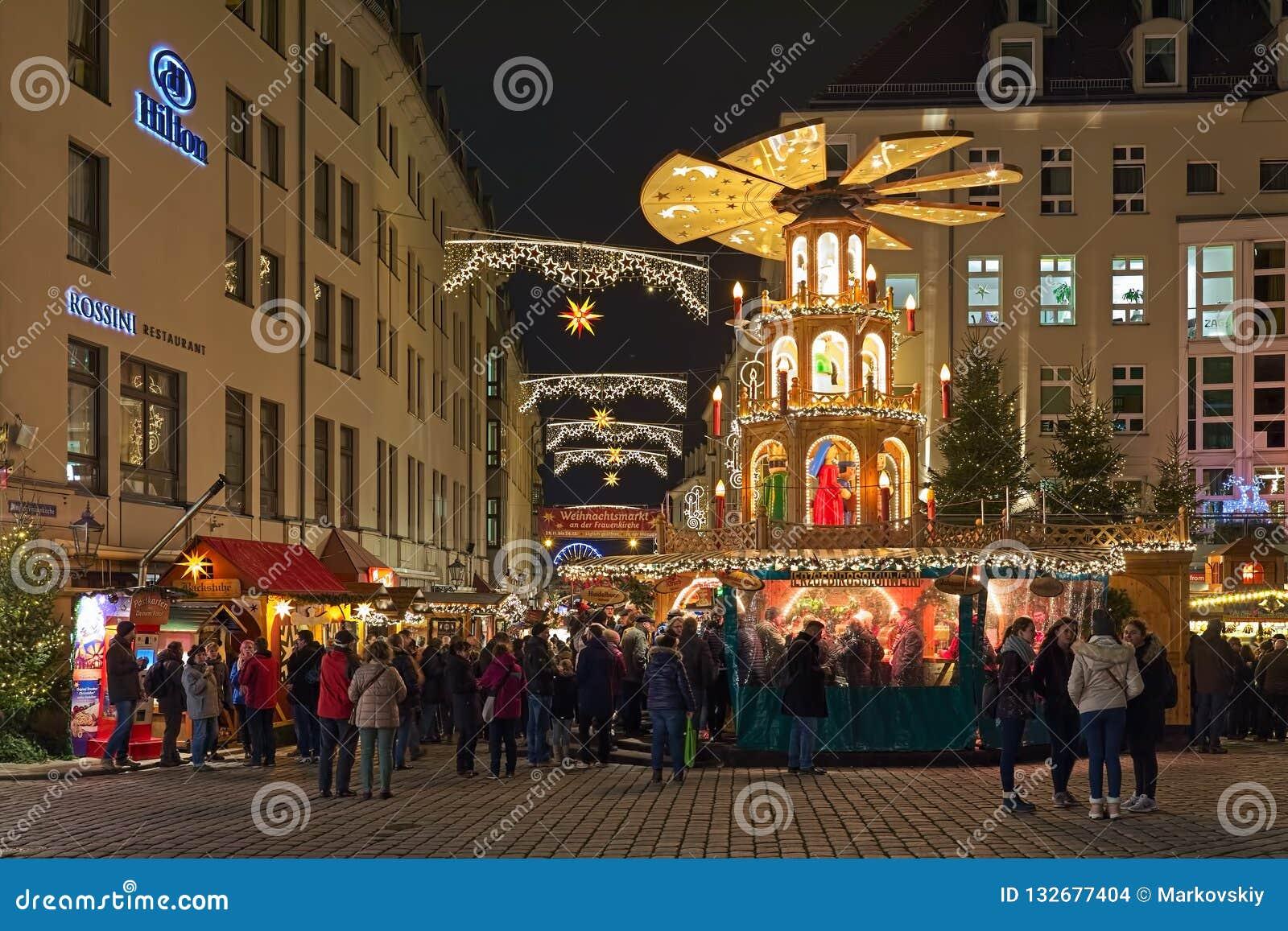 Weihnachtsmarkt In Dresden.Weihnachtspyramide Am Frauenkirche Weihnachtsmarkt In Dresden