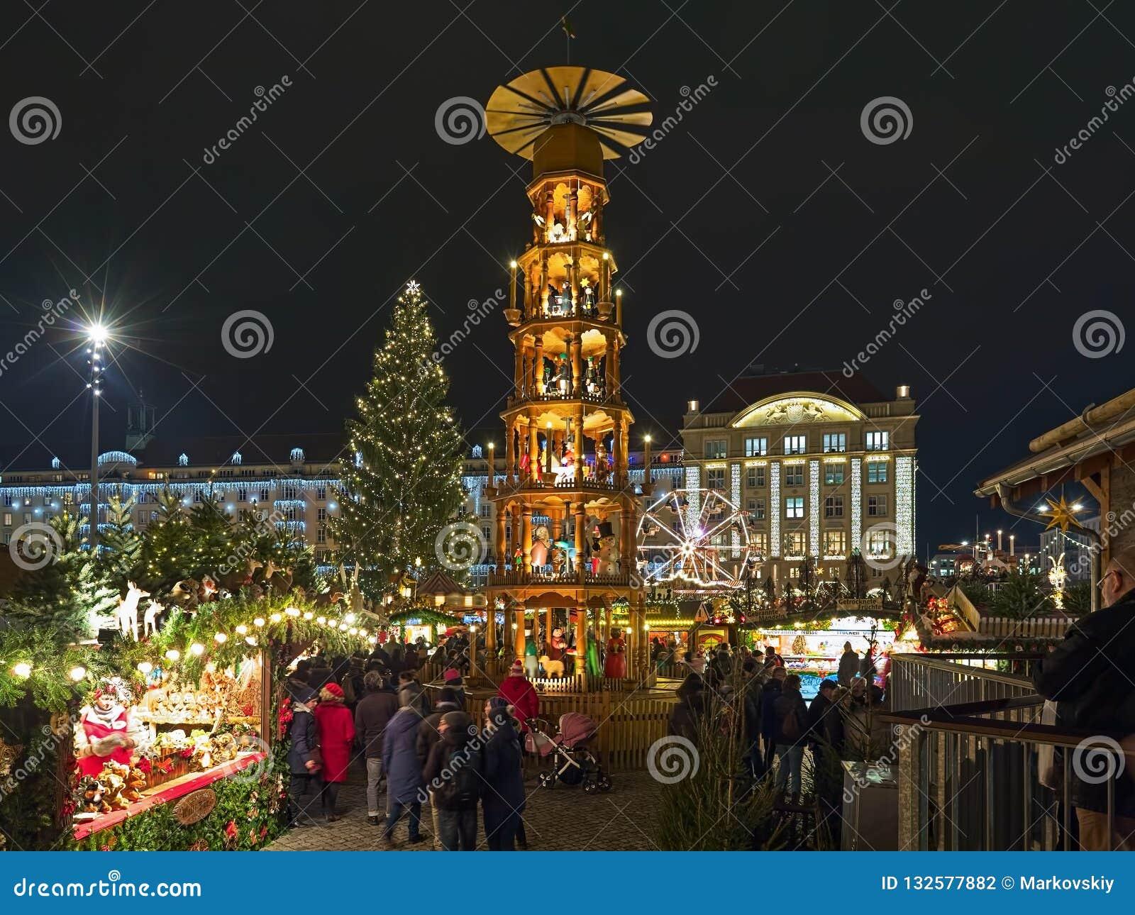 Weihnachtsmarkt In Dresden.Weihnachtspyramide Am Weihnachtsmarkt In Dresden Deutschland