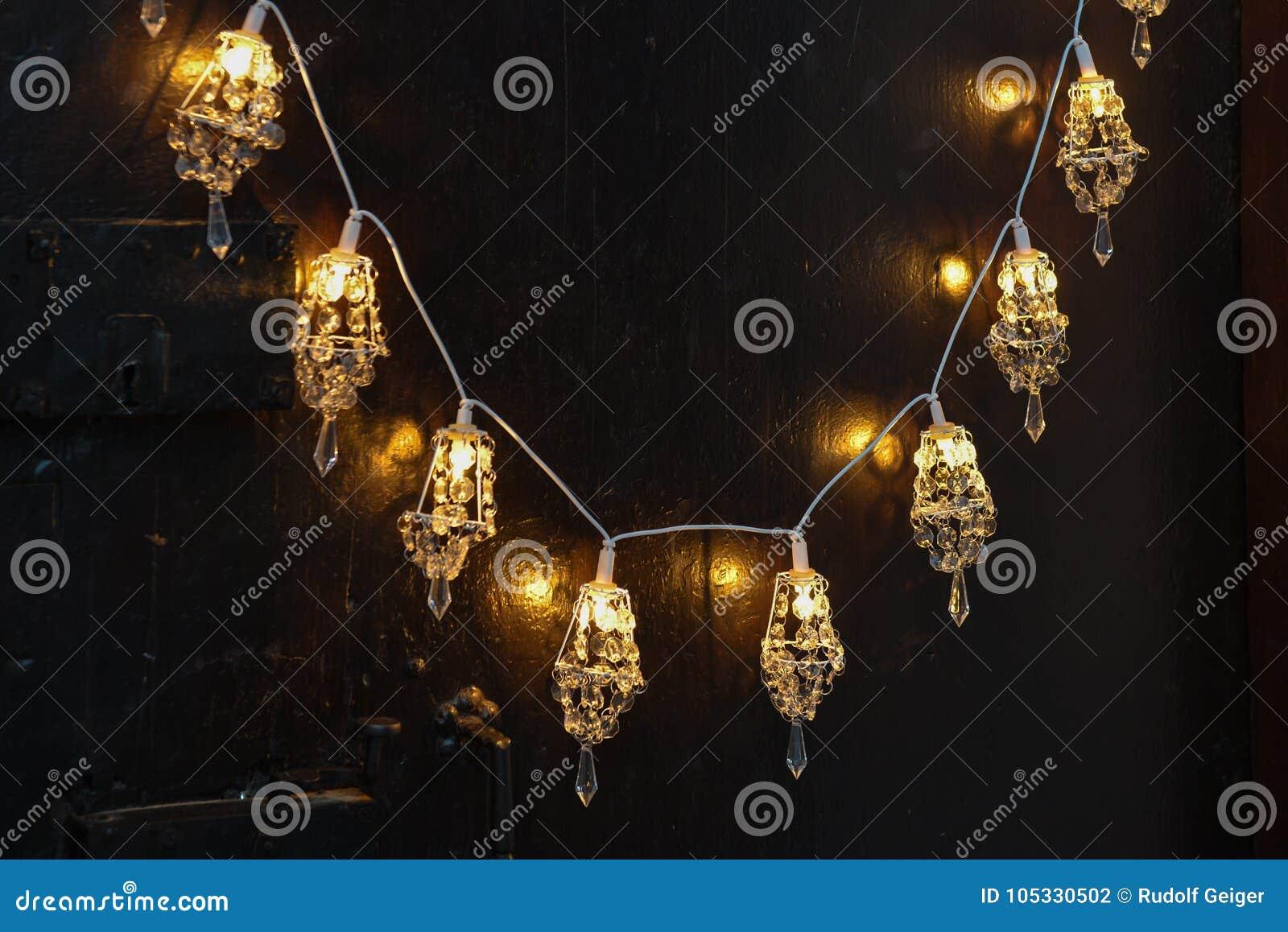 Weihnachtsromantische Dekoration mit silbernen Bällen und hellem shinin