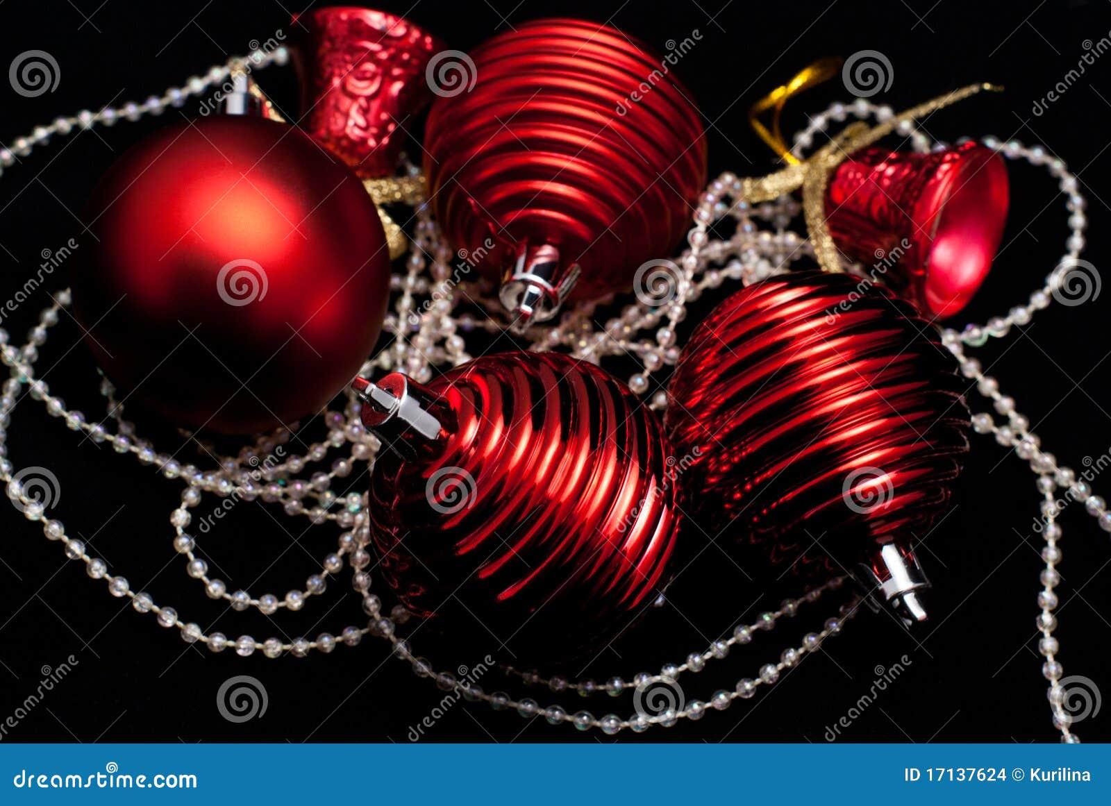 Weihnachtsrote Spielwaren auf Schwarzem