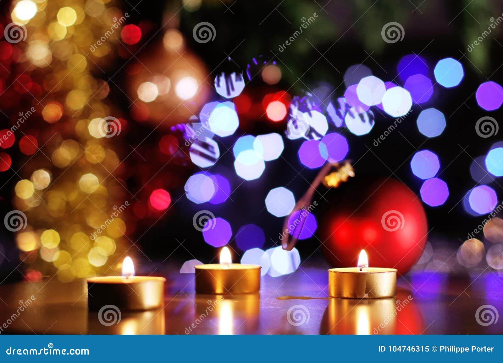 Weihnachtsstimmungsszene mit goldenen Kerzen und funkelnder Baum und Flitter