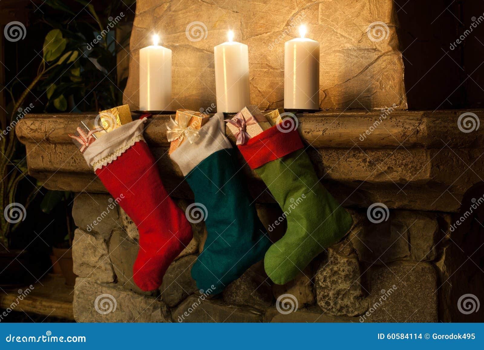 Weihnachtsstrumpf Auf Kaminhintergrund Kamin, Kerzen ...