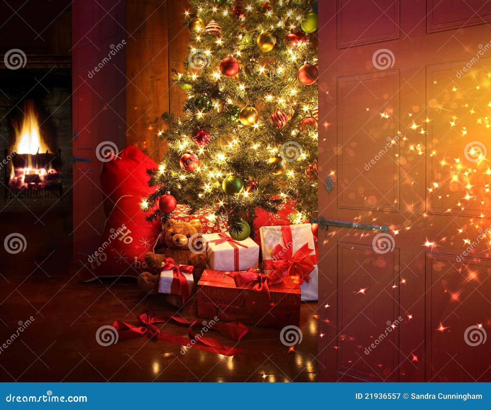 Weihnachtsszene Mit Baum Und Feuer Im Hintergrund Stockbild - Bild ...