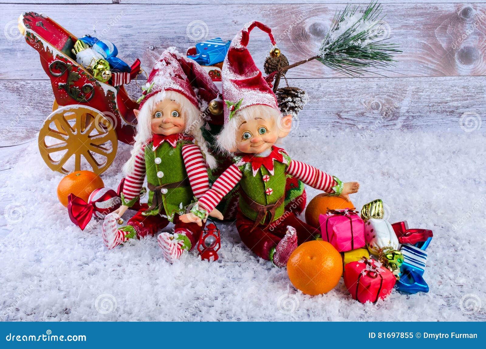Weihnachtsszene Mit Elfen, Weihnachtssocken, Tangerinen Und Geschenk ...