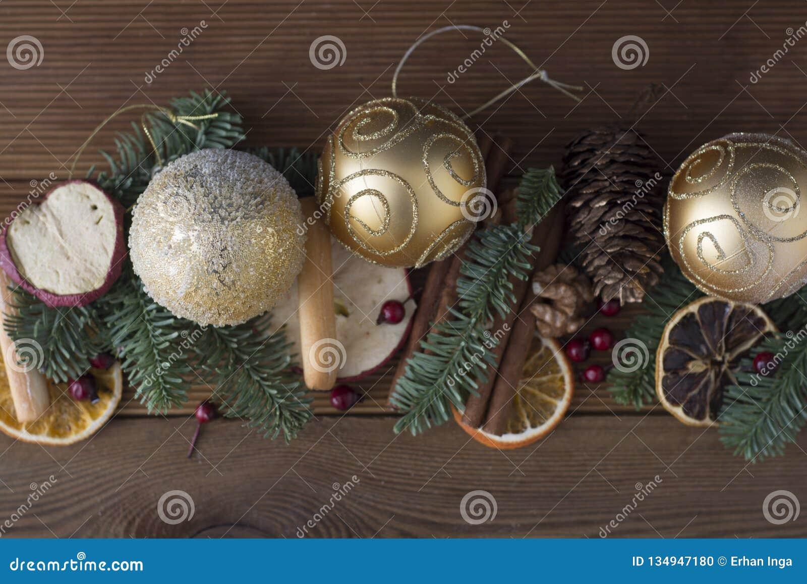 Weihnachtstannenbaum mit Dekoration auf dunklem Hintergrund des hölzernen Brettes E Kopieren Sie Platz