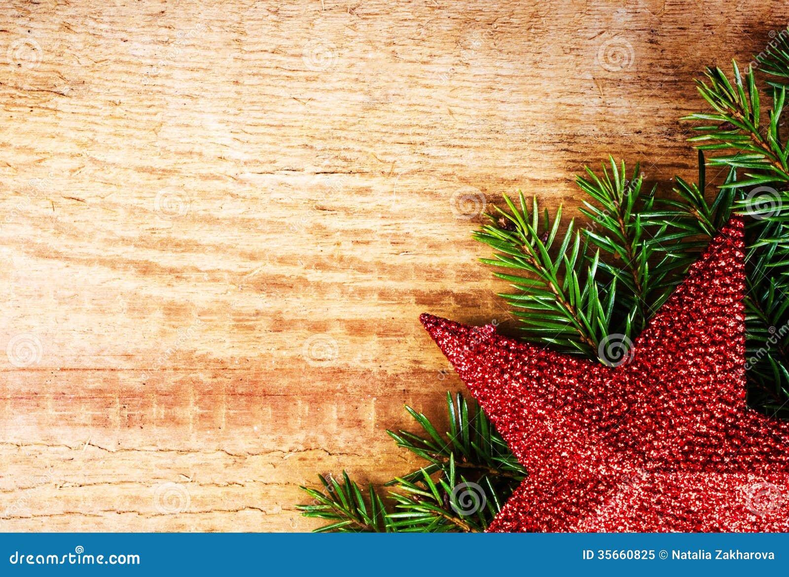 Weihnachtstannenbaum mit Dekoration auf hölzernem Brett. Weinlese fram