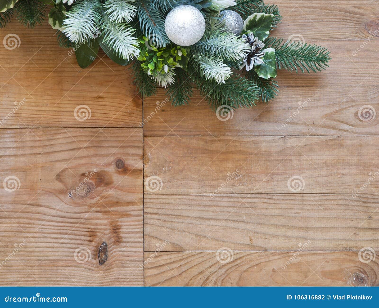 Weihnachtstannenbaumdekoration mit Tannenzapfen und Bällen