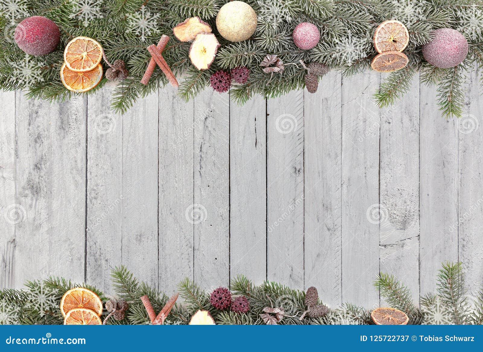 Weihnachtstannenzweige Mit Weihnachten Trägt, Weiße Schneeflocken ...