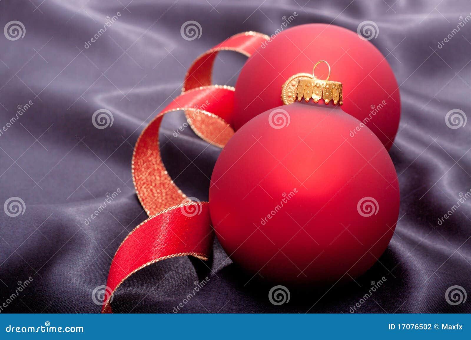 Weihnachtsverzierung auf schwarzem Satin