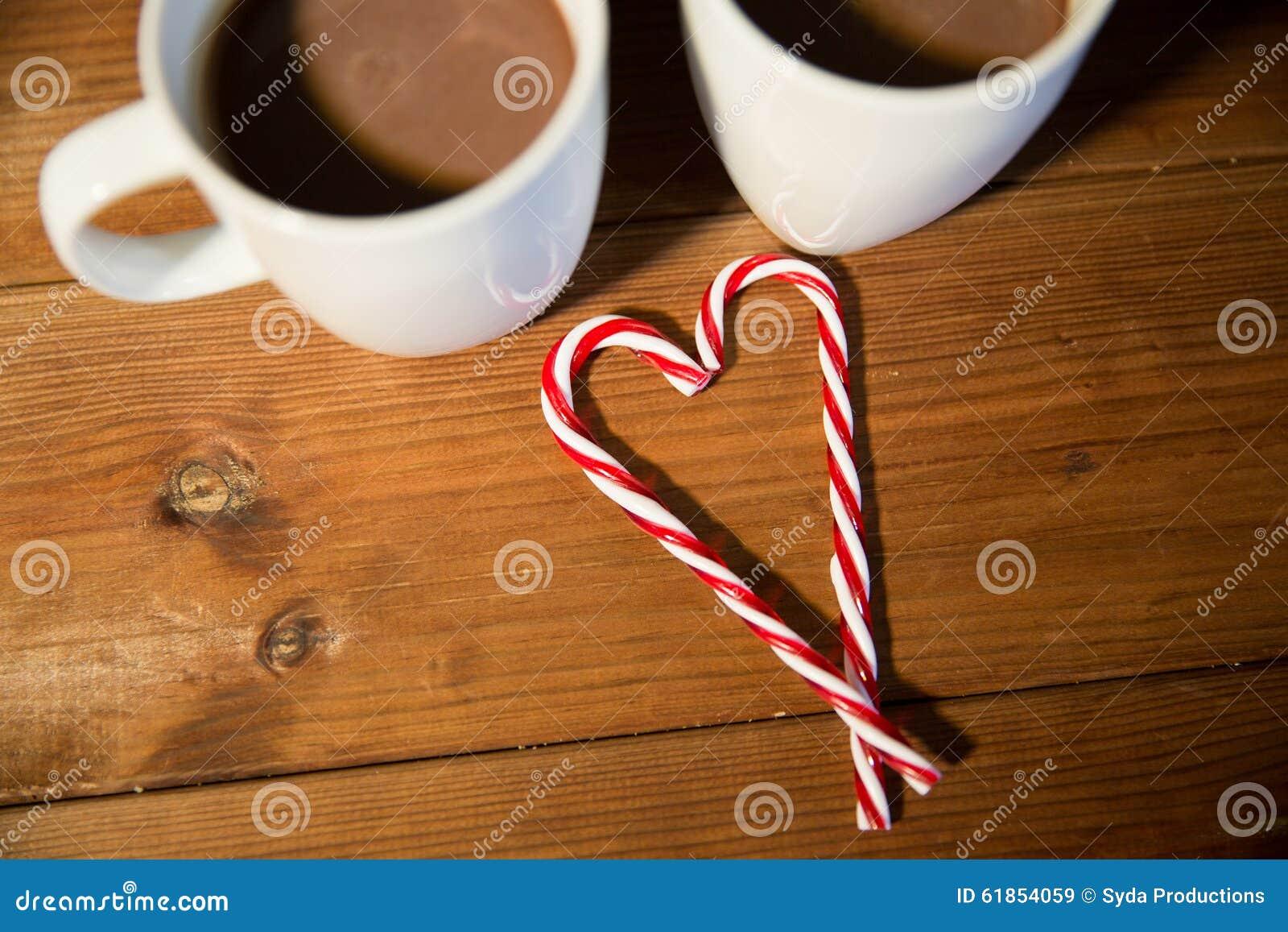 weihnachtszuckerstangen und schalen auf holztisch stockbild bild von tabelle fr hlich 61854059. Black Bedroom Furniture Sets. Home Design Ideas