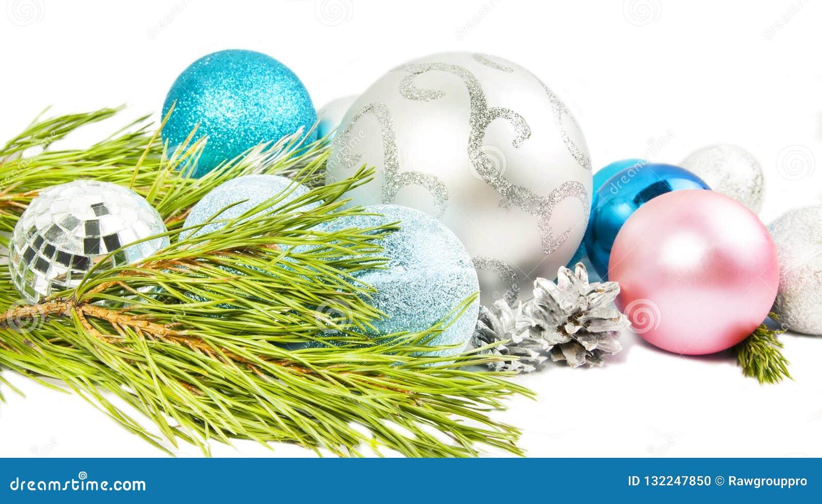 Weihnachtszusammensetzung mit Tannenbaumast, schöner Silber bal