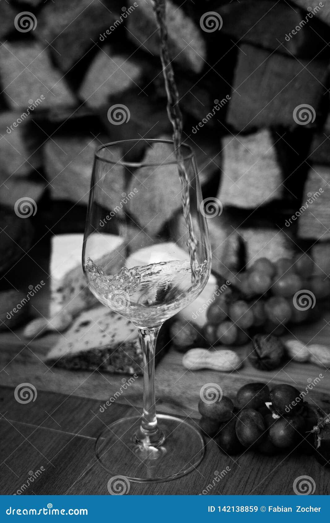 Wein, Käse und Trauben - ein geschmackvolles Abendessen