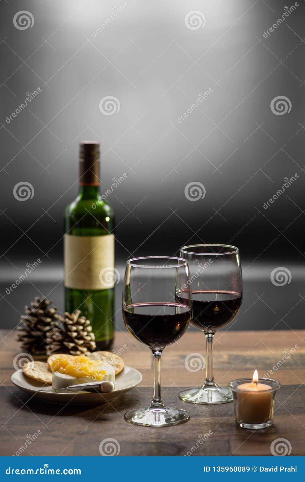 Wein und Käse durch Kerzenlicht