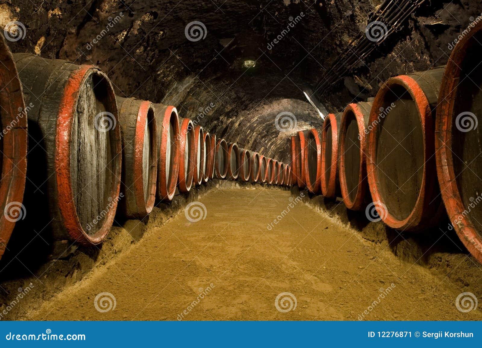 Fußboden Aus Alten Weinfässern ~ Weinfässer im weinkellereikeller stockbild bild von höhle