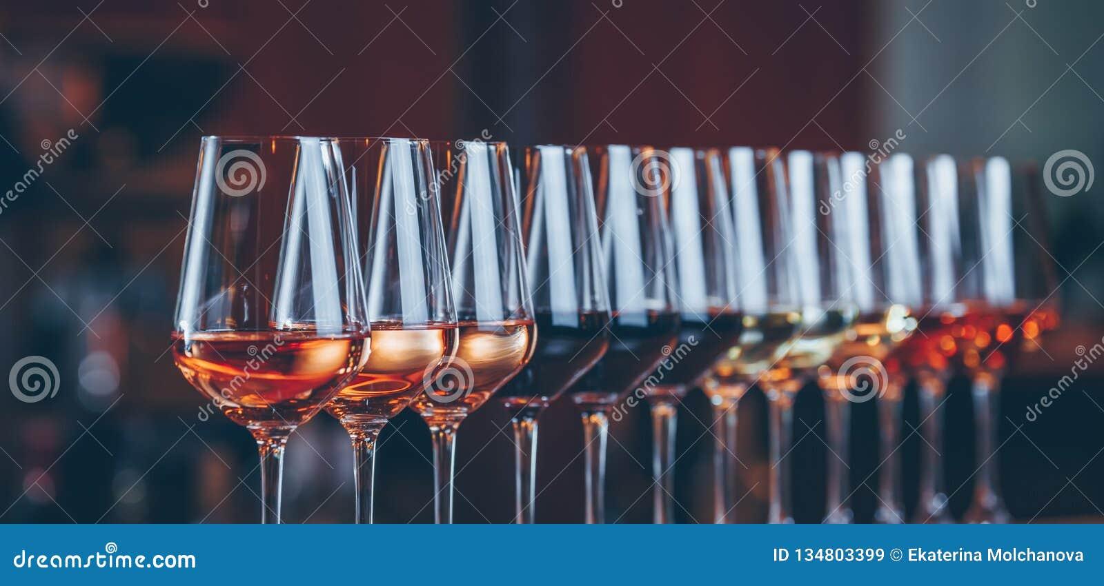 Weingläser in Folge Buffettischfeier der Weinprobe Nachtleben-, Feier- und Unterhaltungskonzept