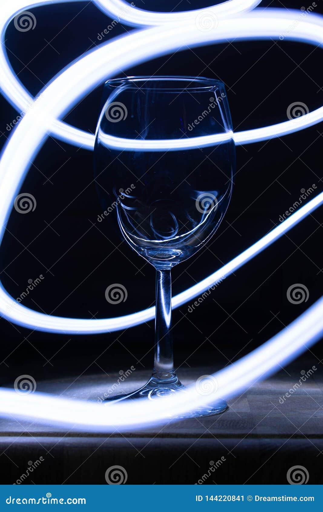 Weinglas auf einer Tabelle im Blaulicht