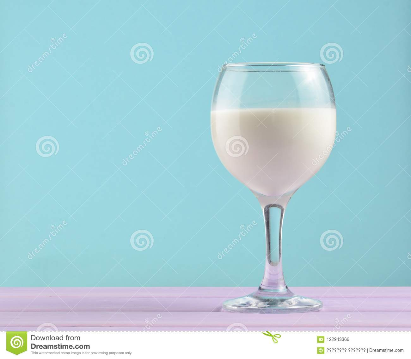 Weinglas natürliche Milch auf einem Pastellhintergrund, Nostalgie, Minimalismustendenz, Kopienraum