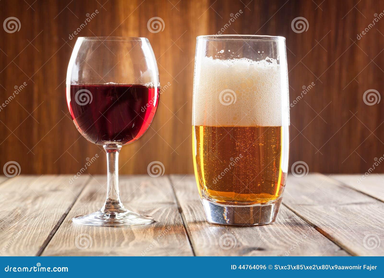 Weinglas und Glas helles Bier