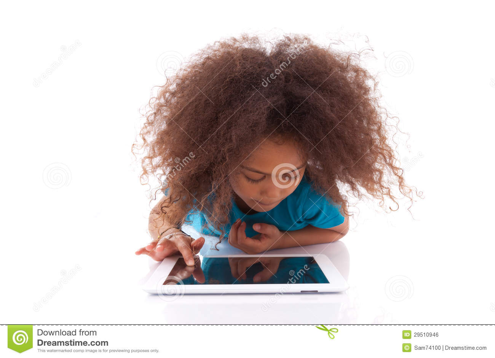 Weinig Afrikaans Aziatisch meisje die een tabletPC met behulp van