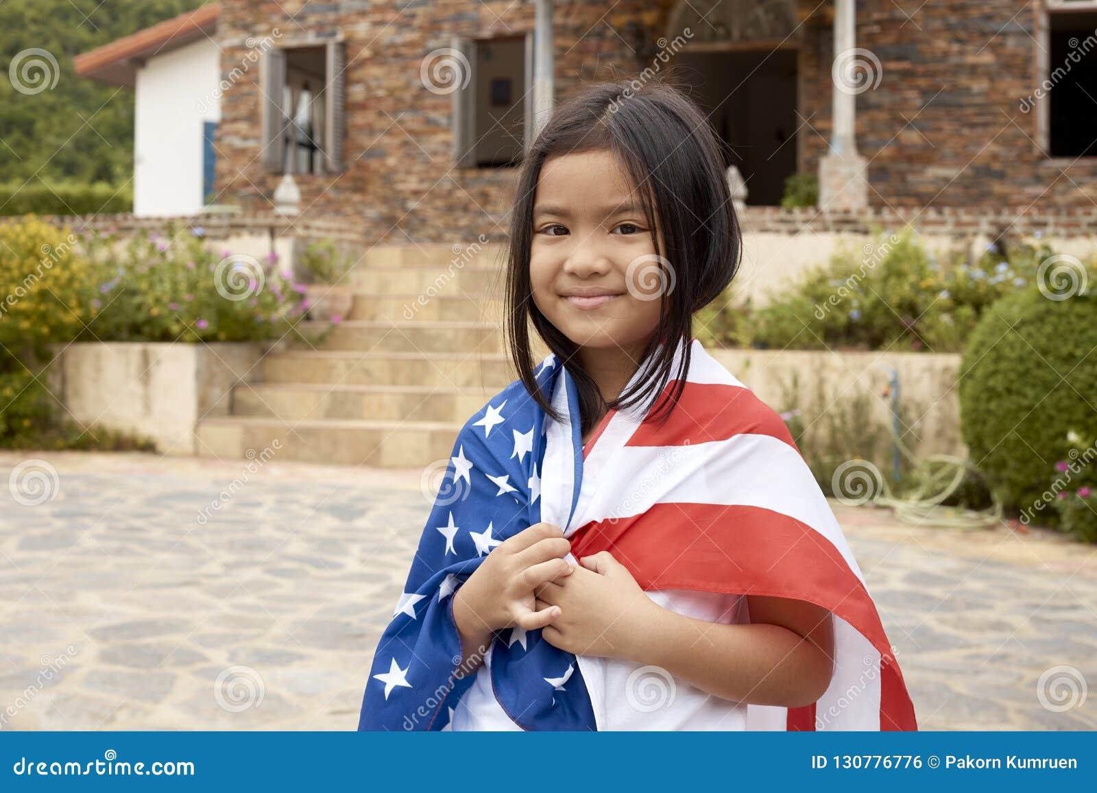 Weinig Aziatische meisjes Amerikaanse vlag