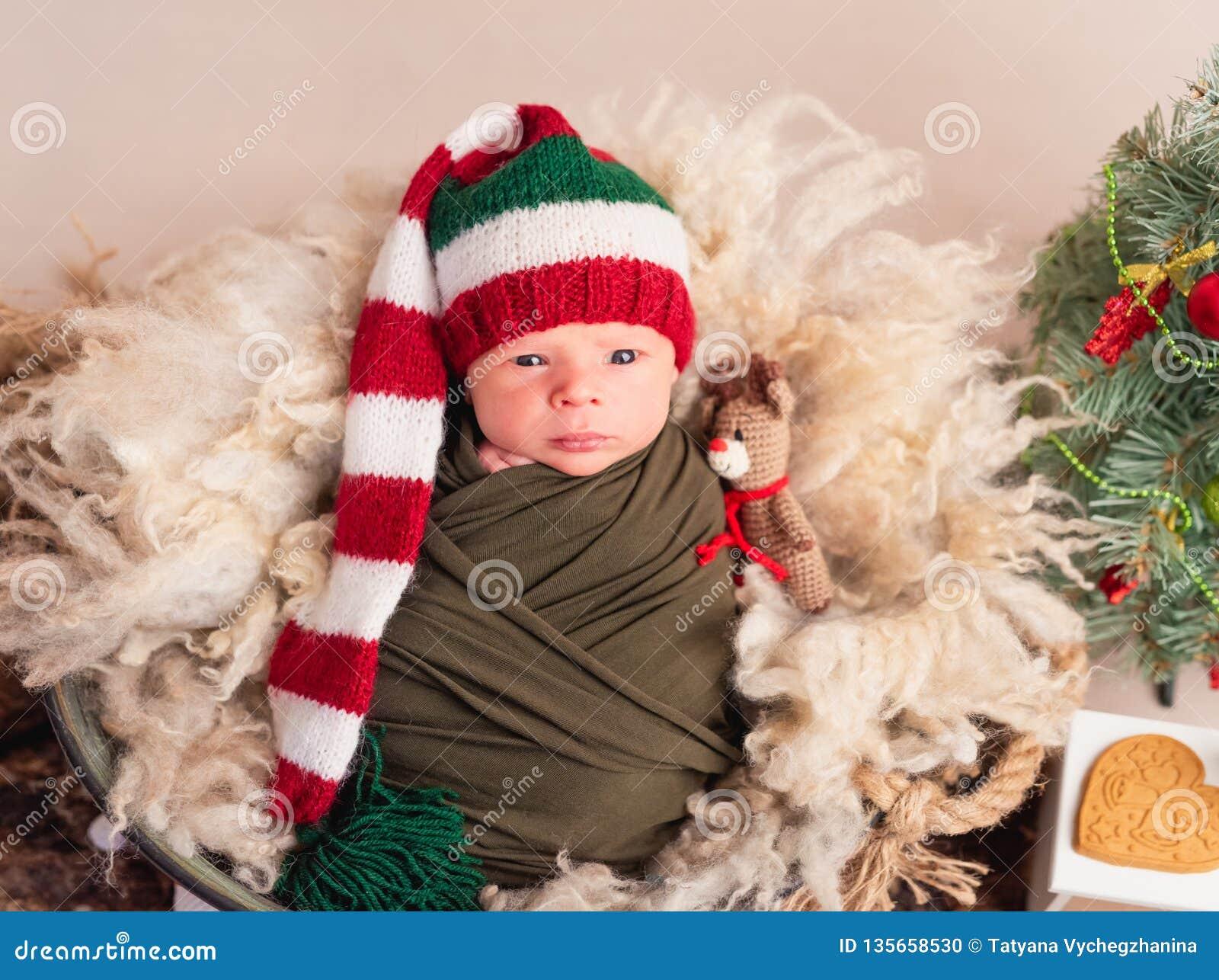 Weinig baby in grote nieuwe jaarhoed