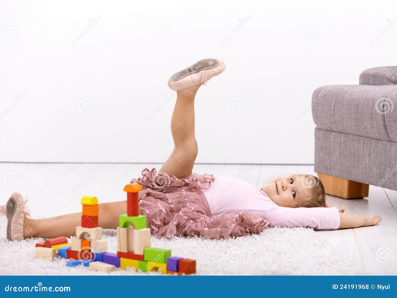 Weinig ballerina het stellen op vloer