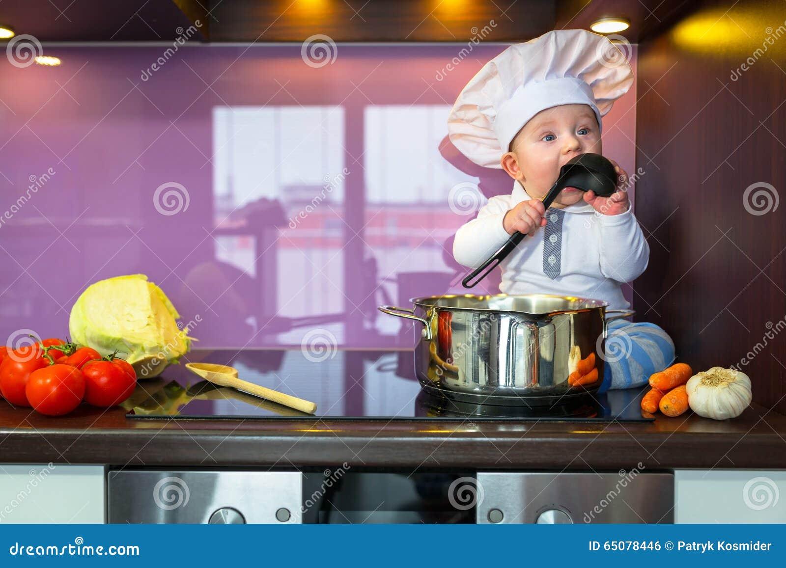 Keuken Voor Weinig : Weinig chef kok het koken in de keuken stock foto afbeelding