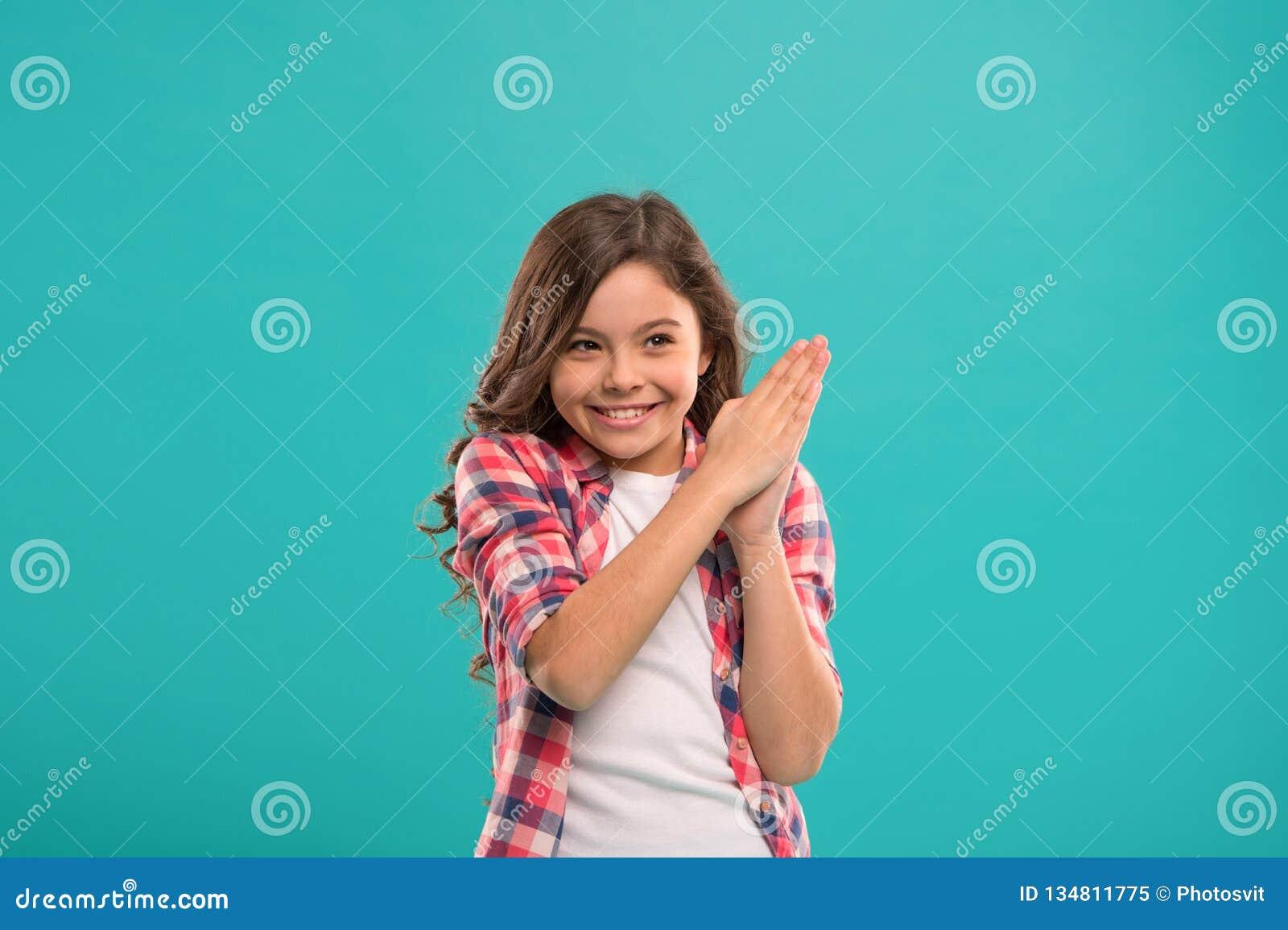 Weinig die kindglimlach met nieuwe ideetribune wordt opgewekt over blauwe achtergrond Dit is het punt Ideeoplossing Leuk meisje