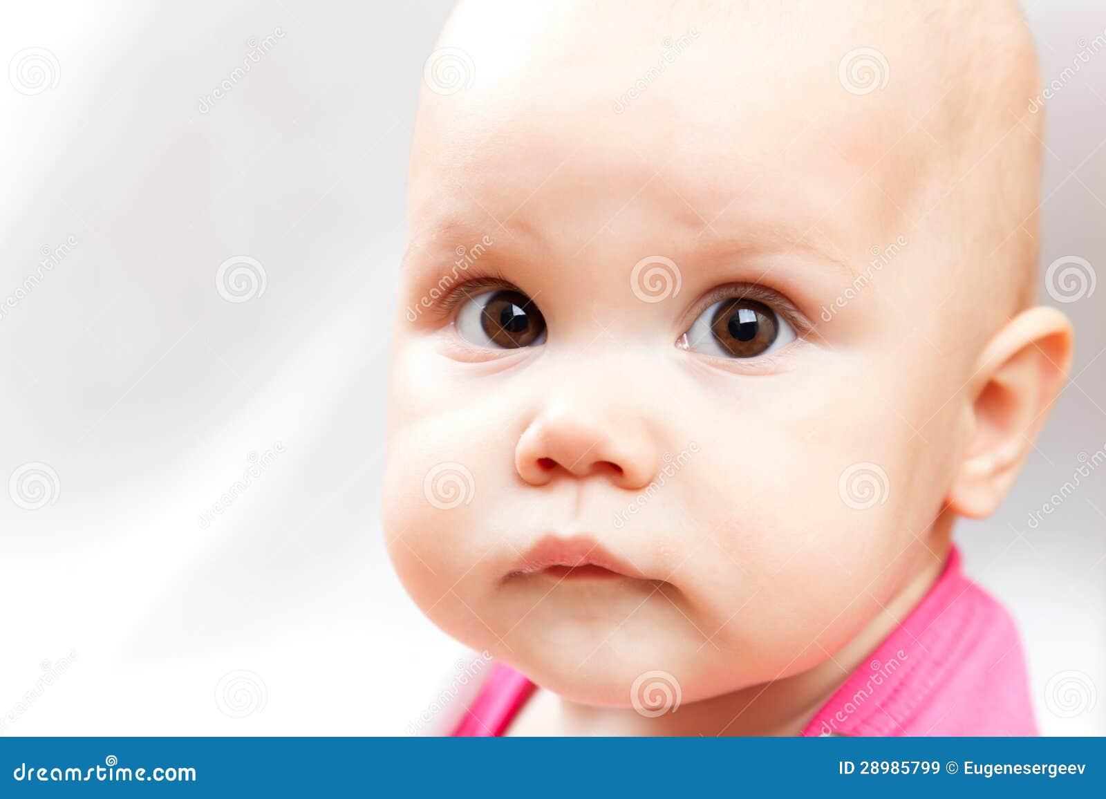 Weinig droevig bruin eyed portret van de babyclose-up