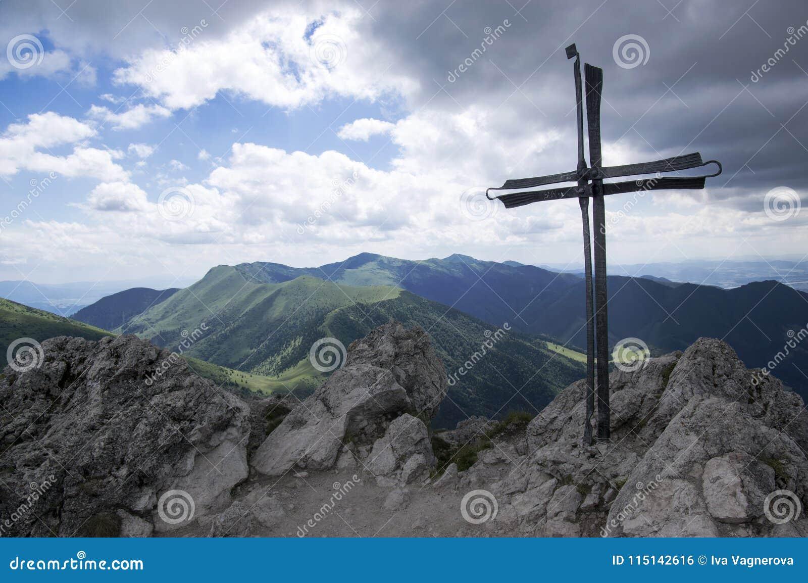 Weinig Fatra-de bergen, Lesser Fatra-bergen, nationaal park in de zomer, zetten Velky Rozsutec op