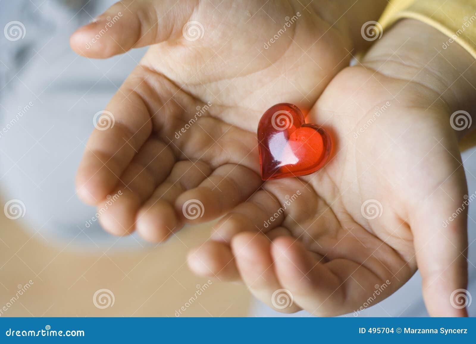 Weinig groot hart van jong kind