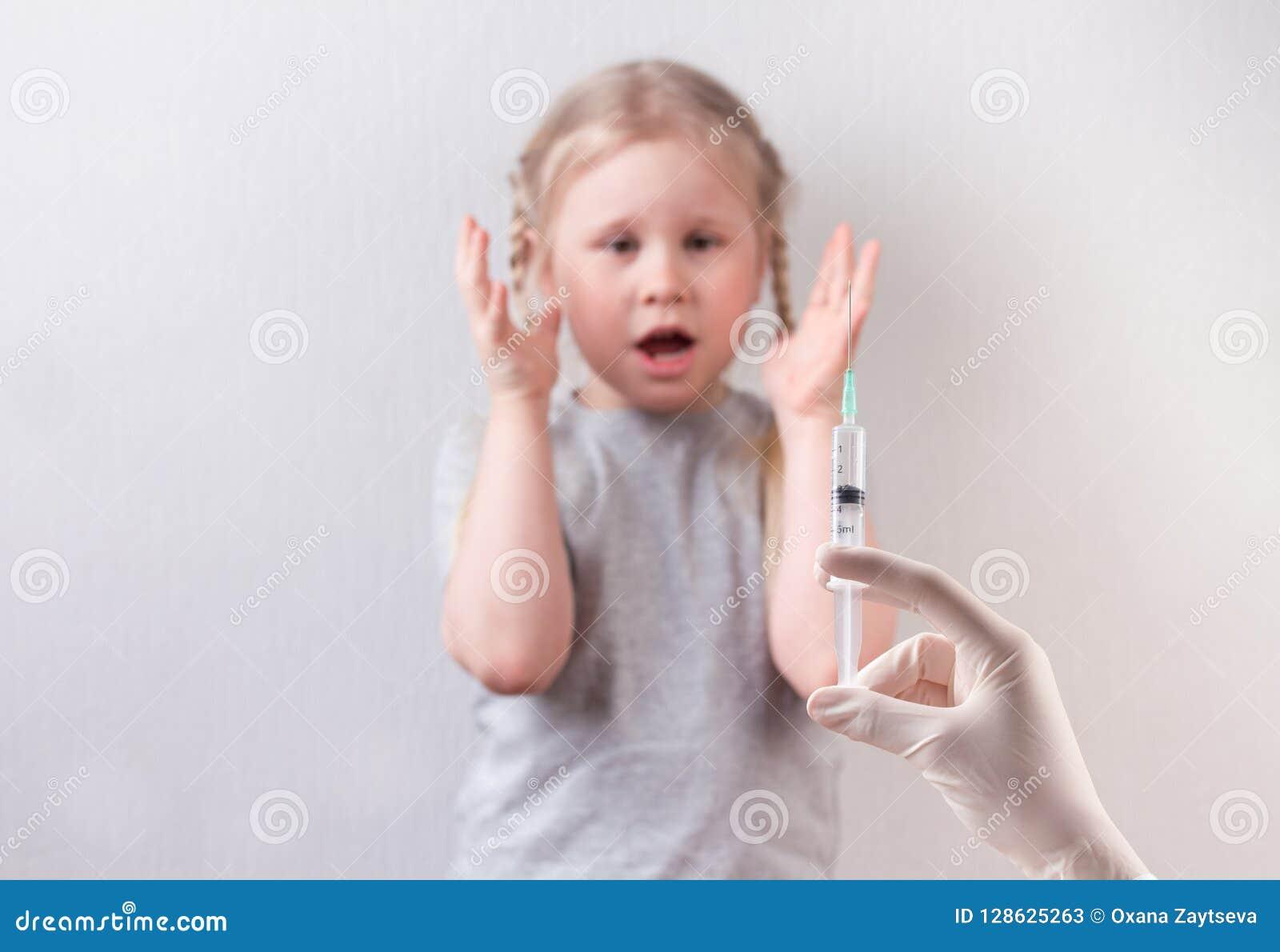 Weinig het leuke meisje vrezen van injectie Inenting van kinderen