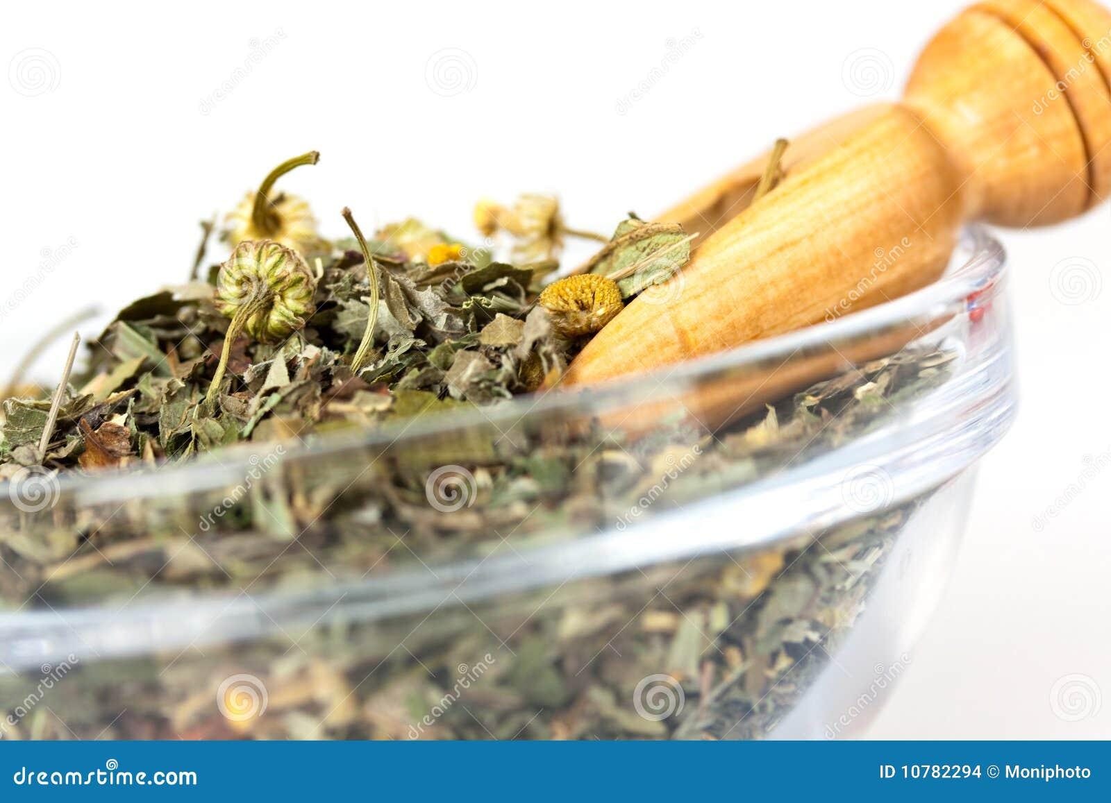 Weinig houten lepel van groene thee met kruiden