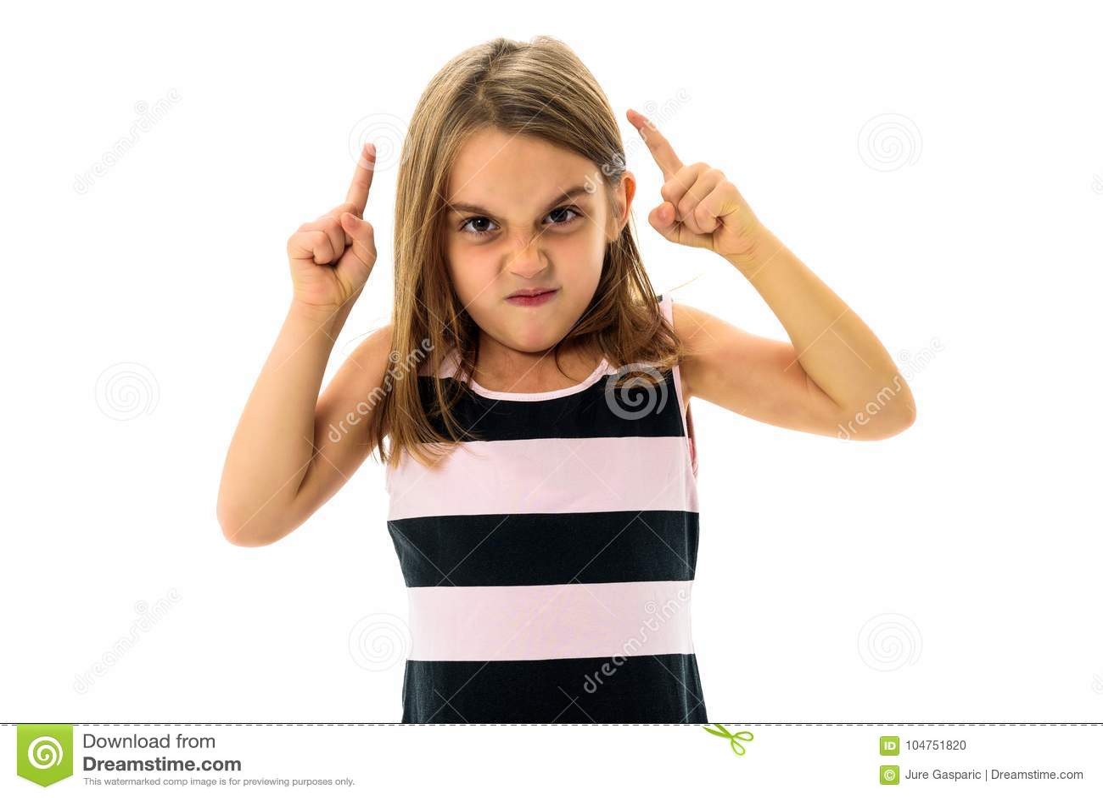 Weinig jong meisje is boos, gek, ongehoorzaam met slecht gedrag