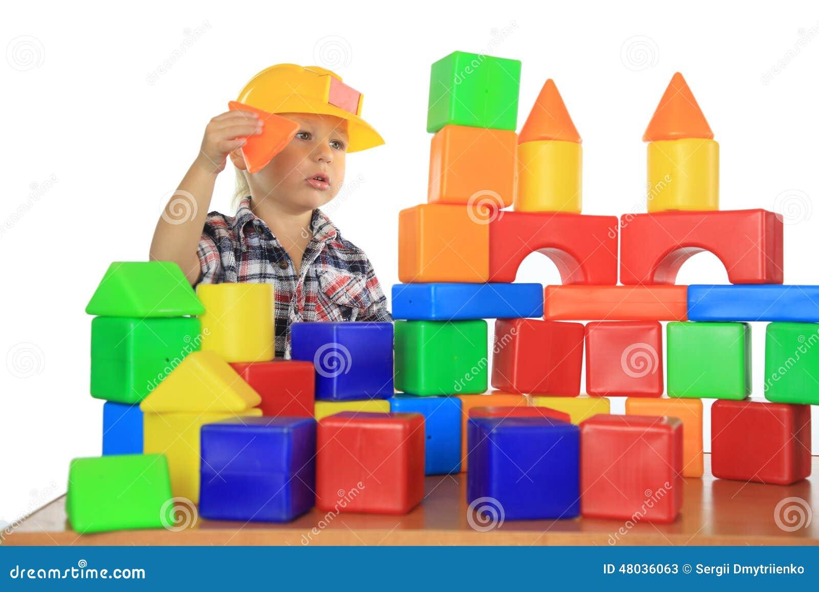 Weinig jongen bouwt een huis van de blokken van kinderen stock foto afbeelding 48036063 - Turquoise ruimte van de jongen ...