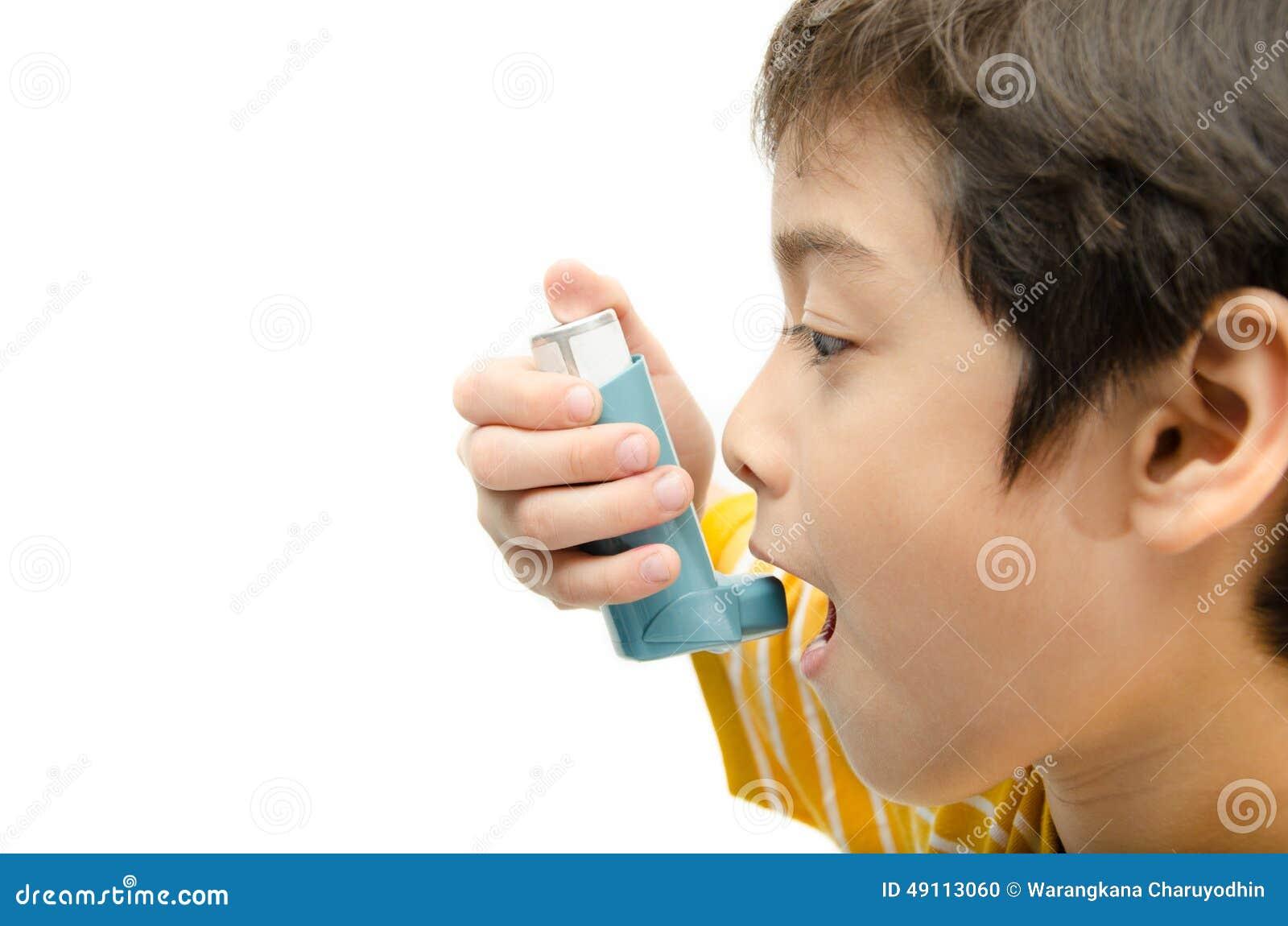 Weinig jongen die Astmainhaleertoestel voor ademhaling met behulp van