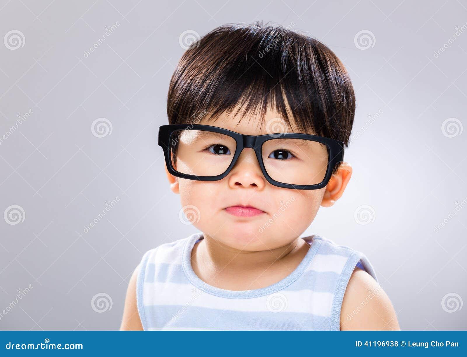 Weinig jongen die bril dragen