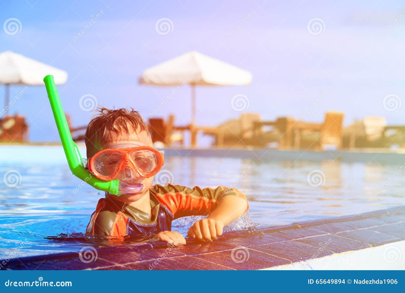 Weinig jongen die met masker in pool zwemmen