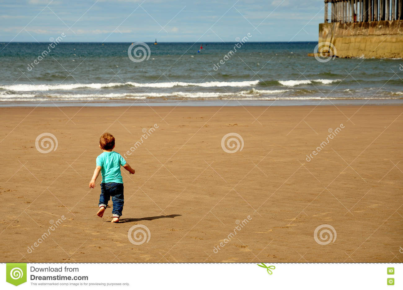 Voet Jongen Die Op Het Zand Van Het Strand Loopt Stock