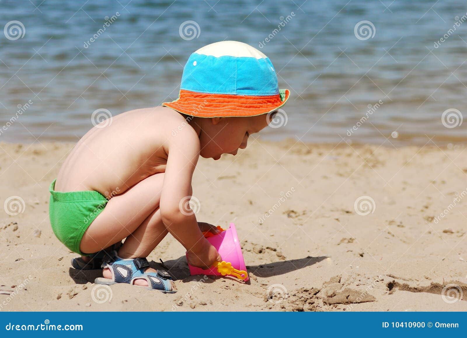 Jongen Die En Bij Strand Loopt Glimlacht Stock Foto