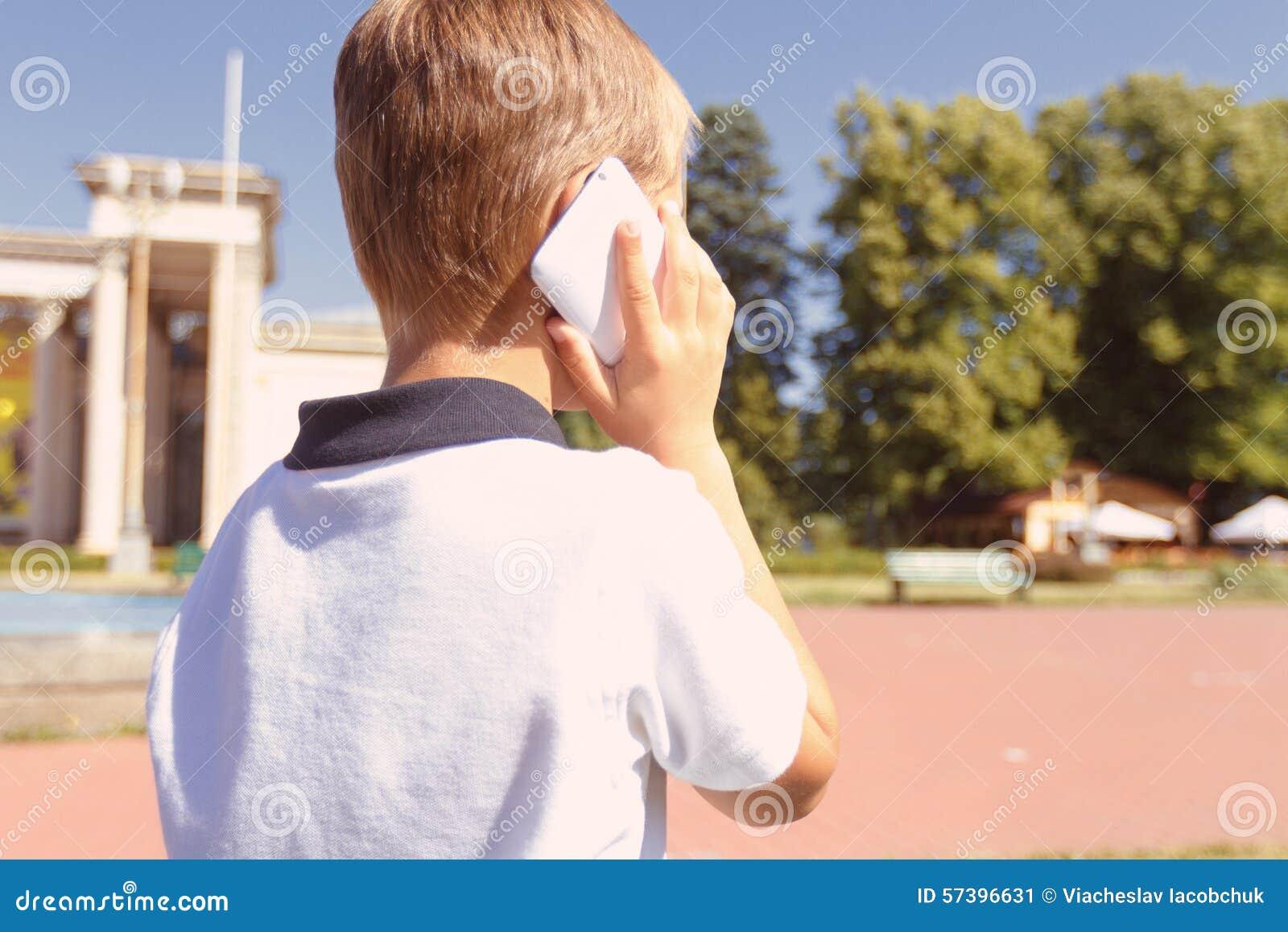 Weinig jongen die per mobiele telefoon spreken