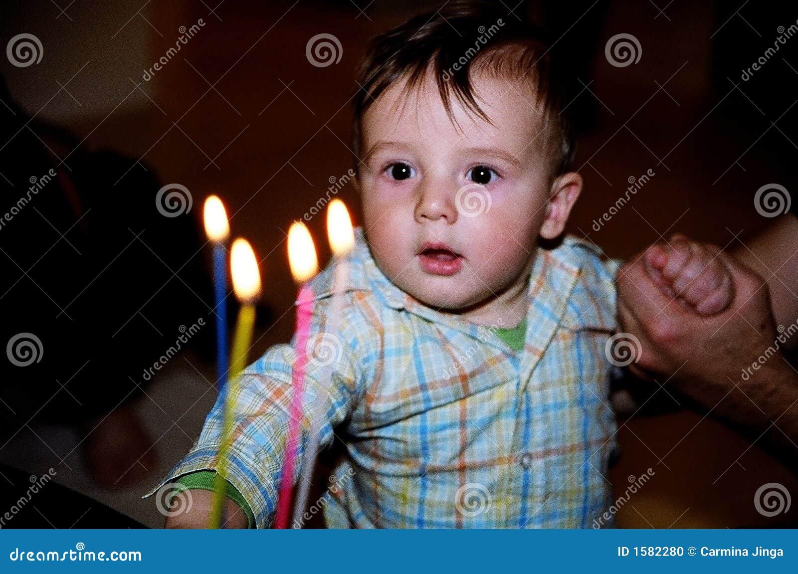 Weinig jongen met de kaarsen van de verjaardagscake stock foto afbeelding 1582280 - De kamer van de jongen ...