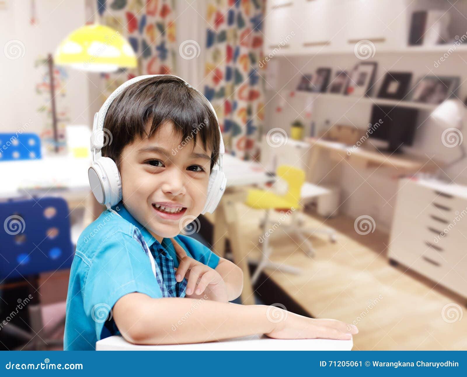 Weinig jongen met hoofdtelefoon die het huiswerk in de ruimte doen stock afbeelding afbeelding - Lay outs ruimte van de jongen ...