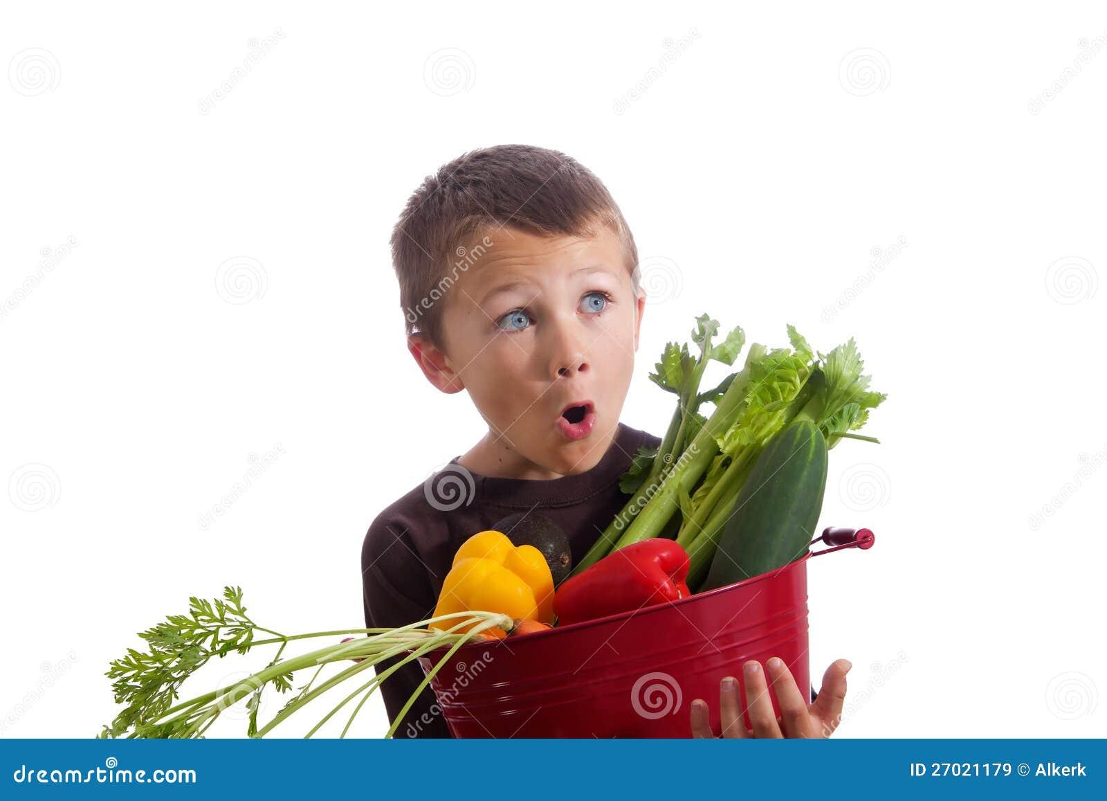 Weinig jongen met mand van verse groenten