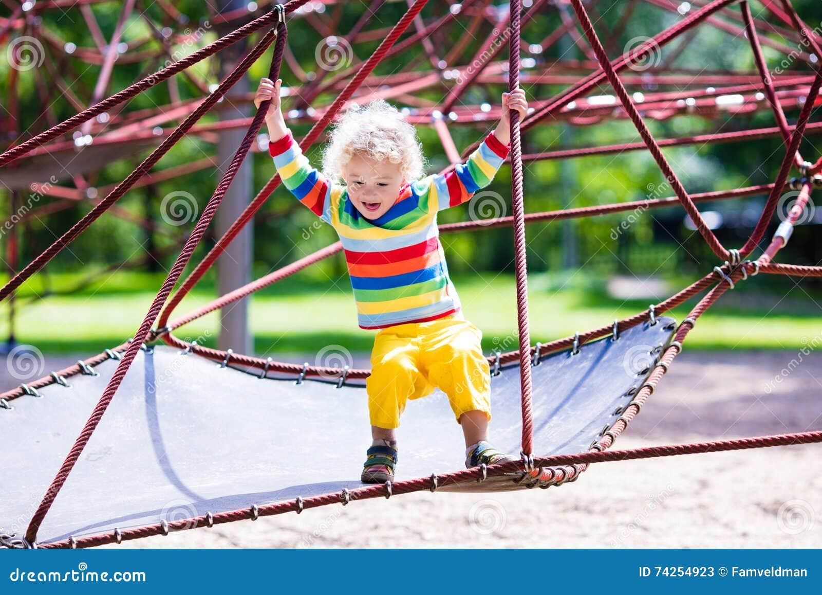 Weinig jongen op een speelplaats