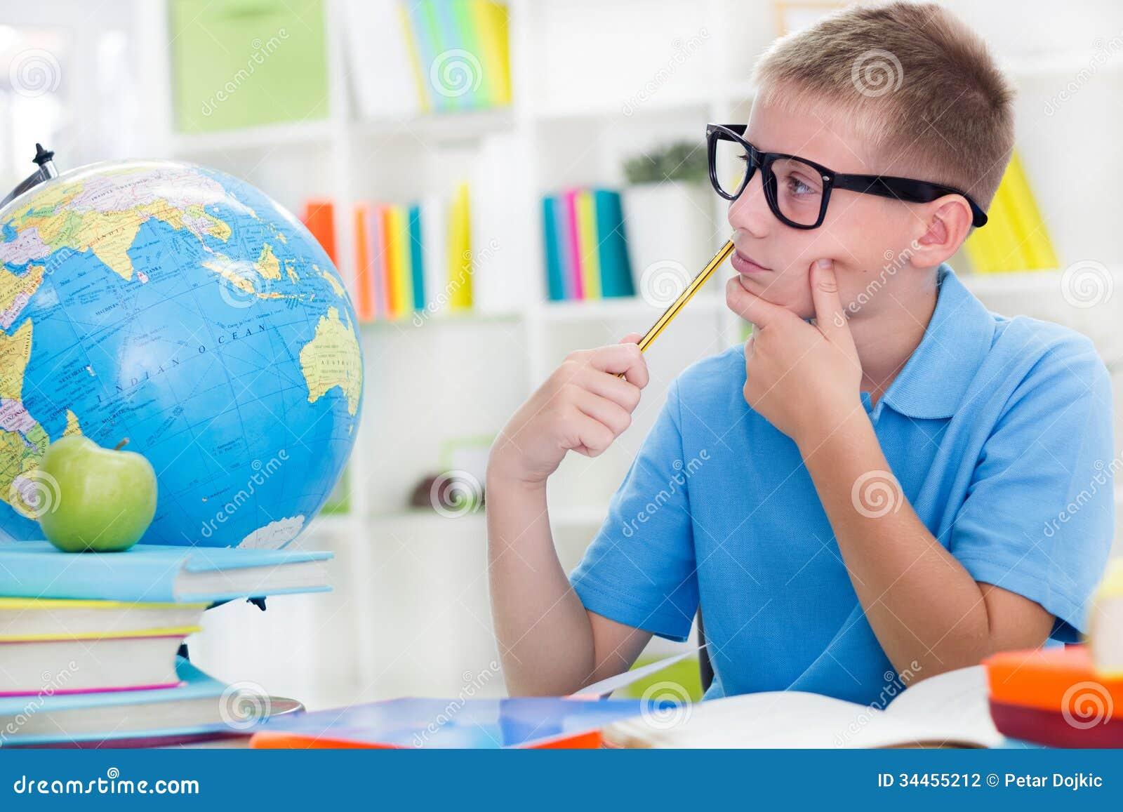 Weinig jongen over de wereld bestuderen, en thinkig iets die