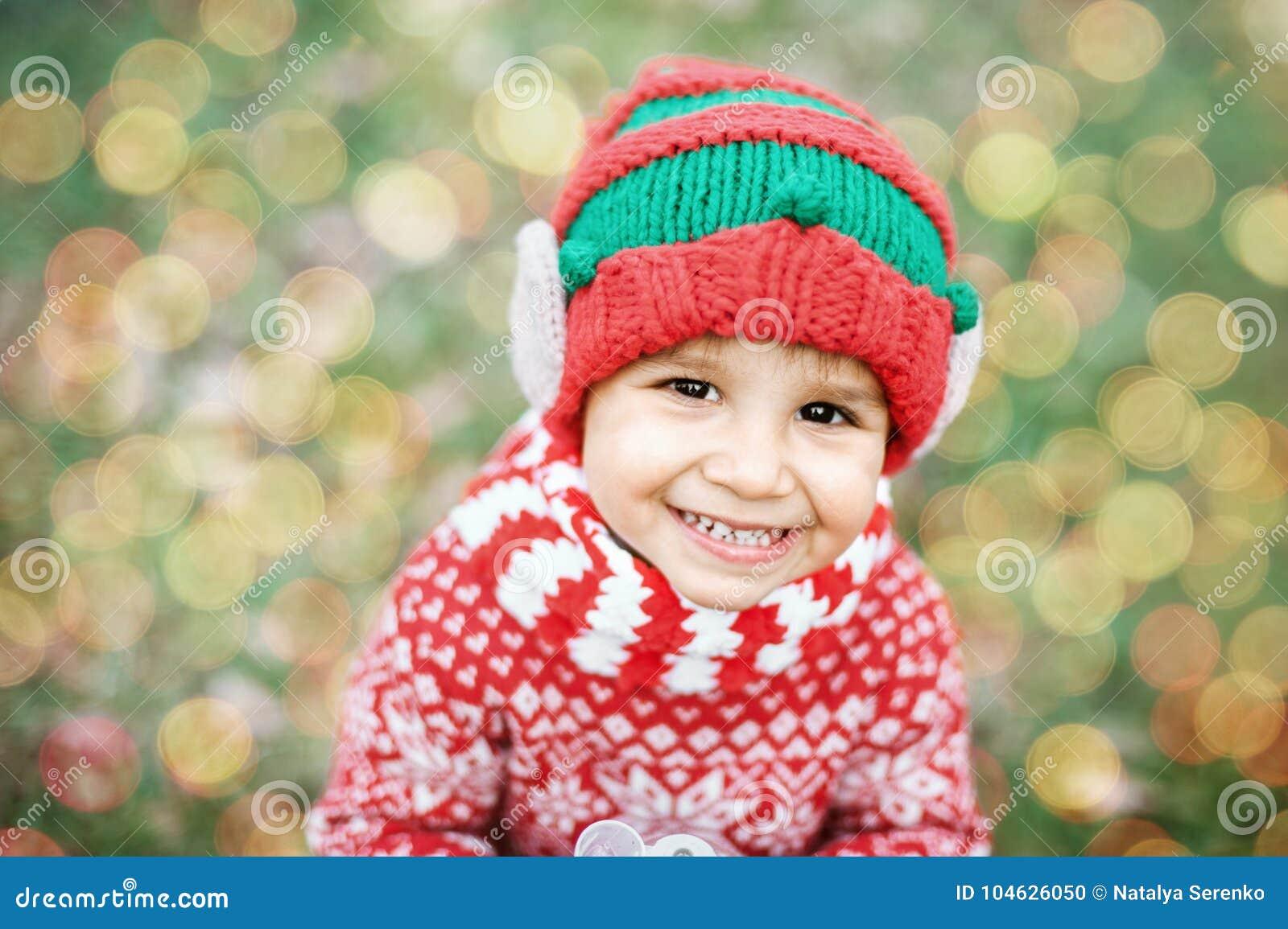 Download Weinig Jongen In Sweater En Hoed Die Op Kerstmis In Het Hout Wachten Stock Foto - Afbeelding bestaande uit heden, grappig: 104626050