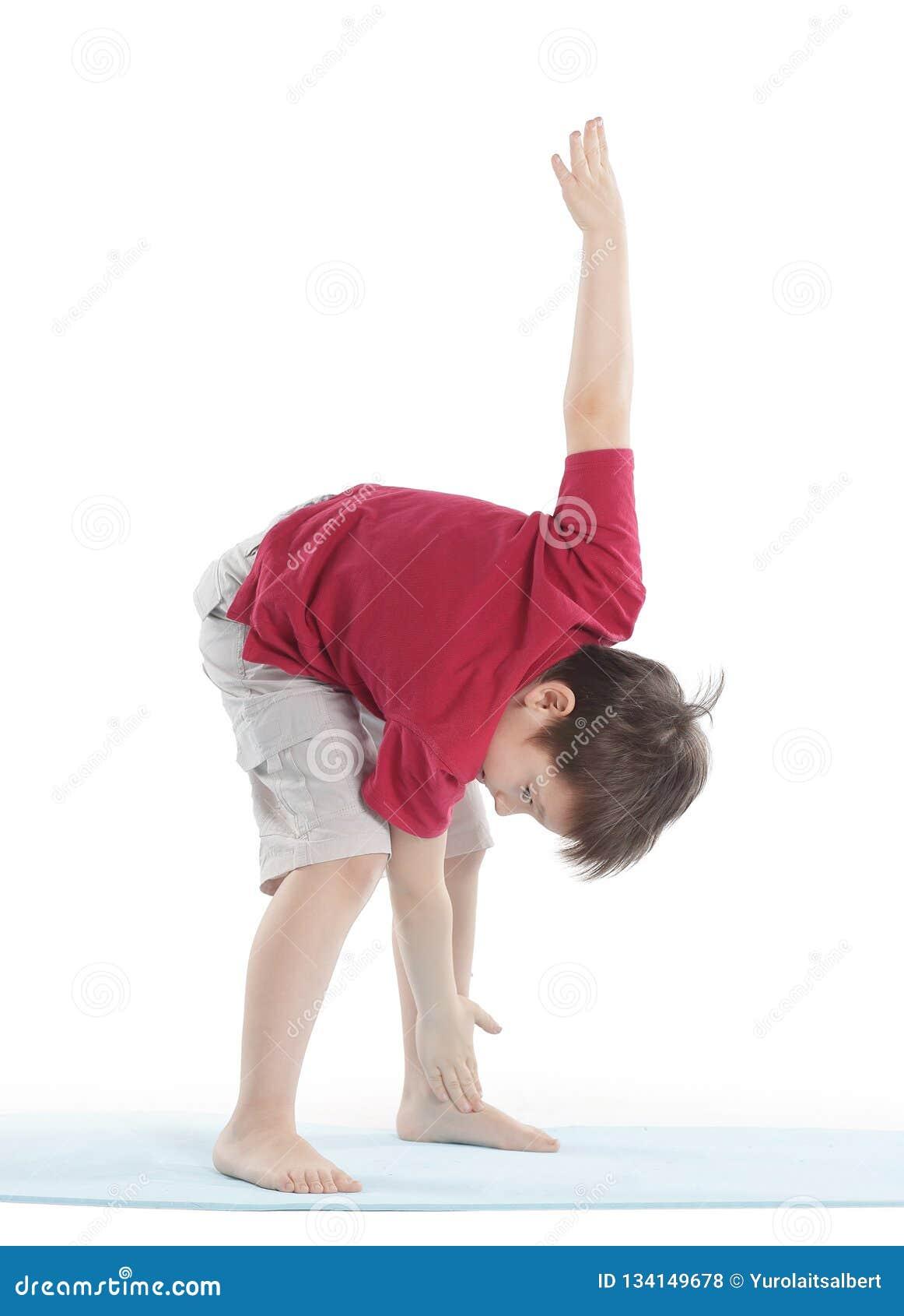 Weinig jongen voert een oefening uit om de spieren uit te rekken Geïsoleerd op wit