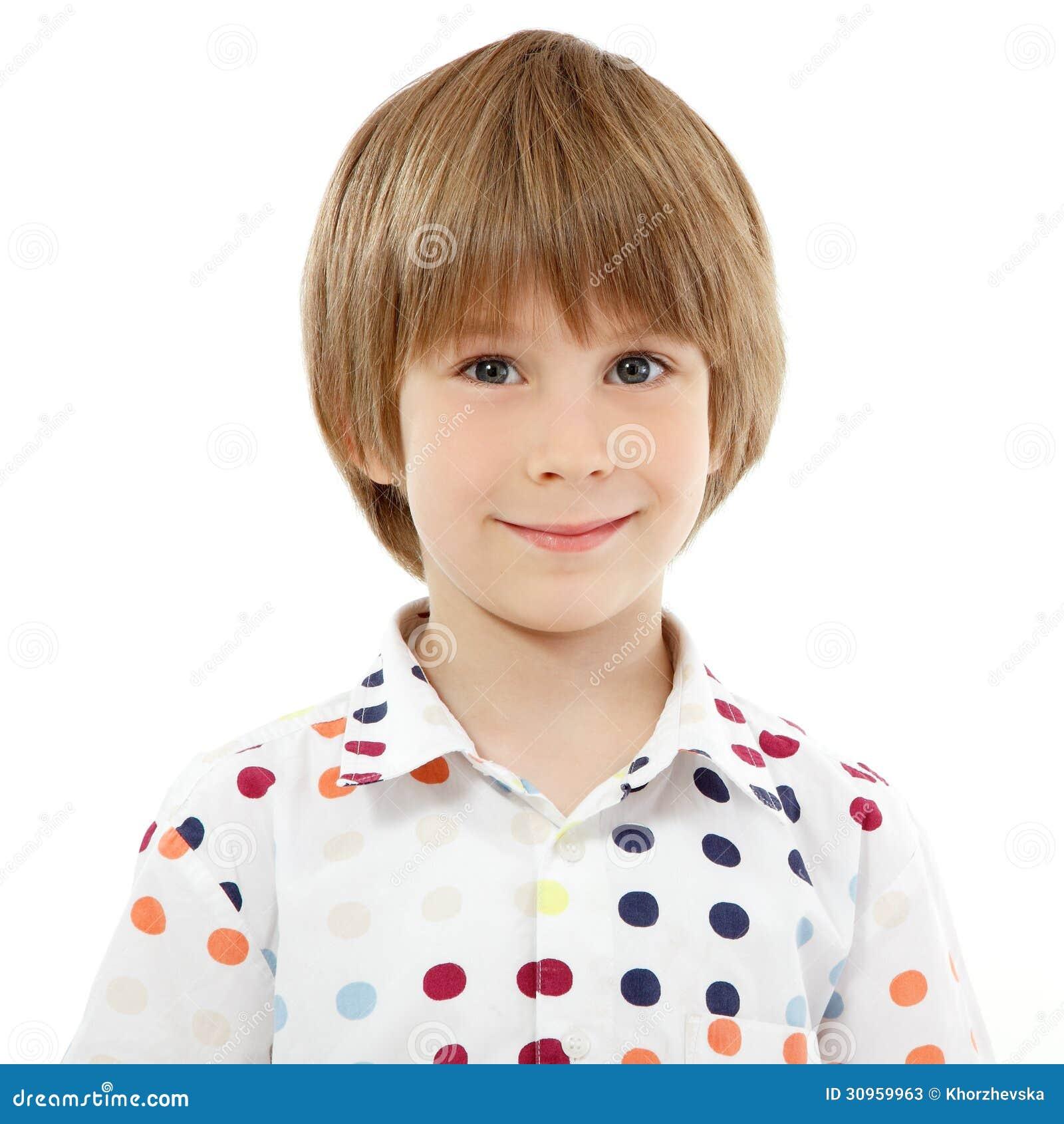 Weinig jongens vrolijk portret dat op wit wordt geïsoleerd