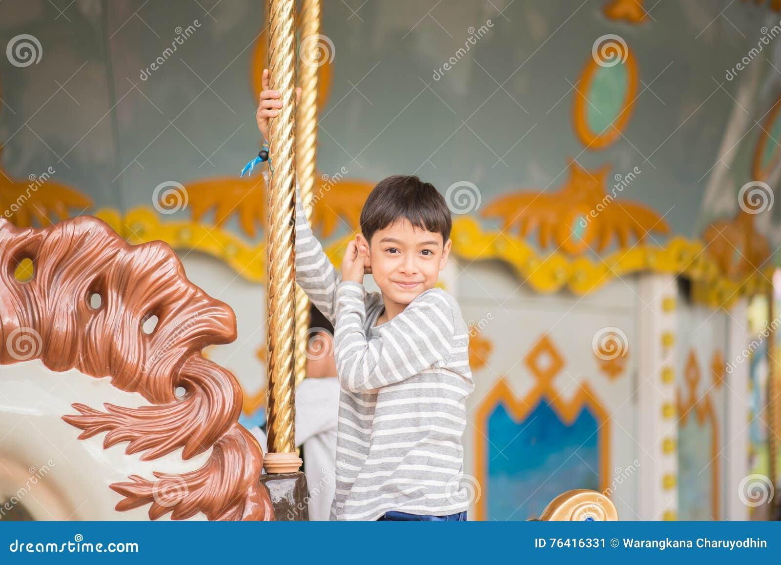 Weinig jongenszitting huwt binnen gaat rond in pretpark